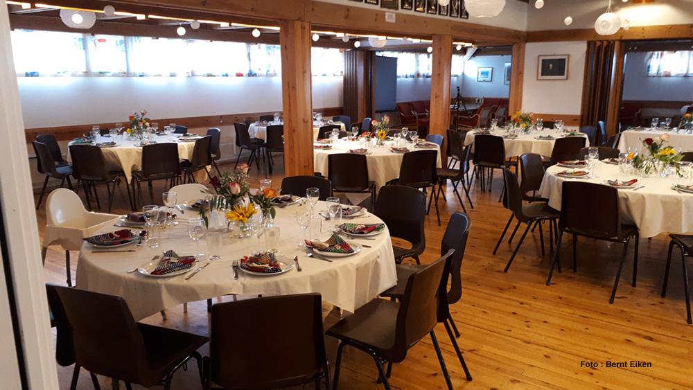Storstue med plass for inntil 80-90 personer. Mange muligheter, bl.a. runde bord for opp til 64 personer.