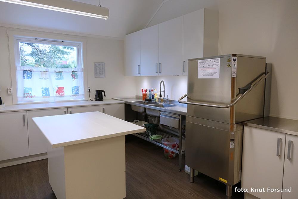 Kjøkkenet er utstyrt med ny og superkjapp oppvaskmaskin