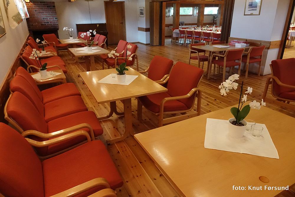 Peisestue med plass for 30-50 personer. Piano og peis lager kos.