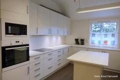 Moderne kjøkken med mikrobølgeovn, stekeovn og komfyr